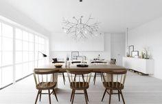 Pendente Heracleum II, da Moooi. Sala de jantar moderna, em cores claras + madeira.