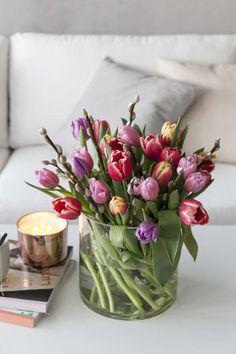 Tulipaner er vakkert sammen med vårlige greiner.