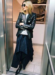 Insérer une jupe au style inattendu au sein d'un look casual/rock se révèle souvent être une bonne idée !