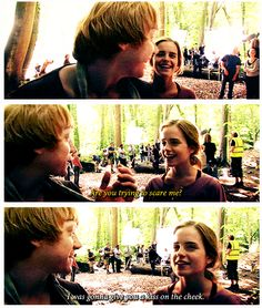 Rupert Grint trying to sneak a kiss to his on-screen sweetheart Emma Watson Harry Potter Jokes, Harry Potter Cast, Harry Potter Universal, Harry Potter Fandom, Harry Potter World, Ron Weasley, Must Be A Weasley, Ron And Hermione, Rupert Grint