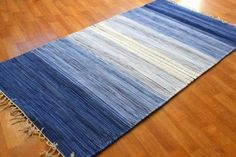 Kludetæppe fra Strehög of Sweden - Sofie (blå) - 279 kr Loom Weaving, Hand Weaving, Textile Recycling, Denim Decor, Denim Crafts, Striped Rug, Recycled Denim, Tear, Patterned Carpet