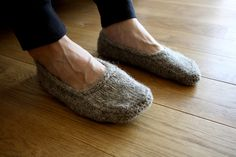 Obsessed with these! I want to figure out a pattern similar and make a pair for Christmas presents! #knitting #fall