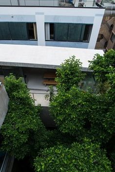Not only in the context of a culture so based on the transitoriness of nature, being able to live with the seasons in the middle of today's Tokyo is true luxury.  The site for this private residence is an urban gap left over from relentless...
