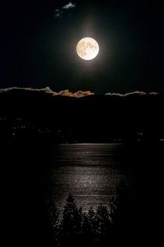 Amazing Moon Over Lake Tahoe December 2017 taken by Ernest Brasard photography Moon Photos, Moon Pictures, Sun Moon Stars, Sun And Stars, Luna Moon, Shoot The Moon, Moon Photography, Moon Magic, Moon Lovers
