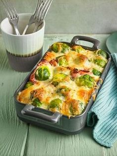 Brussels sprouts from the Eislein oven chef- Rosenkohl aus dem Ofen von Eislein Healthy Eating Tips, Healthy Recipes, Fingers Food, Good Food, Yummy Food, Vegetable Drinks, Vegetable Dishes, Easy Healthy Breakfast, Casserole Recipes