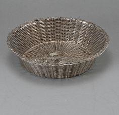 Cesto de pao em prata do inicio do sec.20th, 24cm de diametro, 275GMS, 1,405 USD / 1,280 EUROS / 5,420 REAIS / 8,900 CHINESE YUAN soulcariocantiques.tictail.com