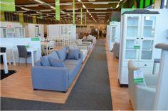 Heinolassa avattiin 4.4.2014 uusi Kalustetalo. Uusi myymälä on valoisa ja viihtyisä. Siellä on mukava tutustua tuotevalikoimaan kauppias Juha-Pekka Kolehmaisen ja muun ammattitaitoisen henkilökunnan avustuksella. Laulumaa Huonekalut