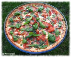 Tomato-Mozzarella pie with basil oil Feta, Ovo Vegetarian, Tomato Mozzarella, Savoury Baking, Monkey Bread, Vegetable Pizza, Vegan Recipes, Easy Meals, Food And Drink