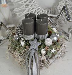 Hallo zusammen! Biete Euch hier einen schönen Wurzelkranz 30 cm Durchmesser in Dunkelgrau an. Ein Wurzelkranz dekoriert mit 4 Kerzen (Kerzenbrennschutz) die mit Sternen- und Strassband...