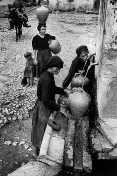 Extremadura, Province of Caceres, Deleitosa Collecting fresh water from the town's main fountain Gordon Parks, Old Photography, Street Photography, Old Pictures, Old Photos, Vintage Photographs, Vintage Photos, Kansas, Eugene Smith