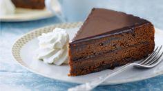 Sacherova  torta 200 g nasekanej horkej čokolády 200 g masla 240 g práškového cukru 6 bielkov 150 g hladkej múky Marhuľová plnka: 250 g marhuľového džemu 2 polievkové lyžice rumu Čokoládová poleva: 300 g cukru 175 ml vody alebo pomarančového džúsu 180 - 200 g nasekanej horkej čokolády