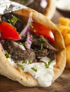 Greek Recipes, Meat Recipes, Cooking Recipes, Healthy Recipes, Lunch Recipes, Summer Recipes, Gyro Pita, Beef Gyro, Greek
