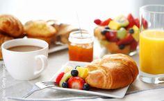 Uma boa composição para café da manhã. Trocando com produtos que vendemos. Uma cartolina branca pode ajudar a fazer o fundo. NUNCA USE OS TALHERES!