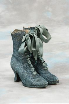 Boots that were probably a popular design from the late century, Victorian Shoes fashion blue vintage shoes old antique victorian historical century Vintage Outfits, Vintage Boots, Vintage Dresses, Vintage Clothing, Victorian Shoes, Victorian Fashion, Vintage Fashion, Victorian Lace, Gothic Fashion