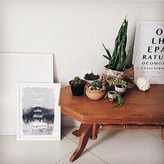 """Esse cantinho lindo com uma mesinha de madeira suculentas e os pôsteres """"Olhe"""" e """"Into the Wild"""" é uma inspiração que veio direto do ig @morandocomamor que a gente ama!  - O casal Mhilka e Rodrigo capricham na decoração e cuidado com cada detalhe. Vale muito a visita!  -  Veja mais imagens dos pôsteres em #ColeçãoChicoReiNCDJ e #PosterOlheNCDJ. - http://ift.tt/1dqyBxz (link na bio). #nacasadajoana #abaixoasparedesvazias #pôster #posters #quadros #enquadrados #design #decoração #decor…"""