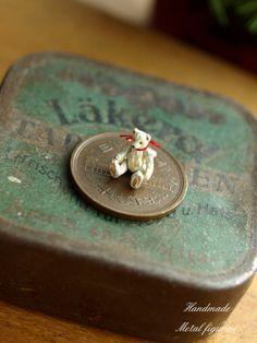 metal tiny Teddy sittin' on a penny! Dollhouse Toys, Dollhouse Miniatures, Teddy Beer, Mini Things, Small Things, Tiny Teddies, Love Bears All Things, Metal Figurines, Walnut Shell
