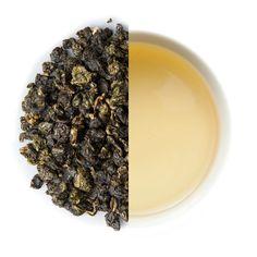 Wir beziehen unseren Dong Ding Oolong von Herrn Huang, der den Betrieb seines Vaters vor kurzem übernommen hat.Sein Vater gehörte zu den ersten Teebauern in Taiwan die angefangen haben sich intensiv mit der Herstellung organisch nachhaltiger Tees zu beschäftigen.Wie der Vater, so trägt nun der Sohn die Idee des hochwertigen organischen Teeanbaus weiter