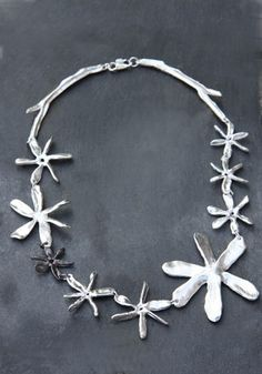 Collier mille fleur en étain argenté et noirci de Chantal Audias pour l'Atelier des Bijoux Créateurs