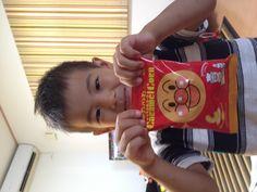 知り合いにもらったお菓子!お気に入りになったみたい!アンパンマン、大好き!!