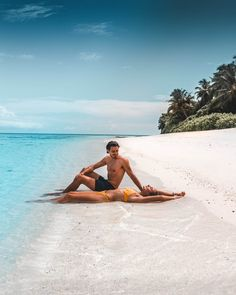 Laura & Nicolas from Passport in One Hand relaxing on a beautiful white beach in the Maldives Best Resorts In Maldives, Maldives Resort, Maldives Travel, Luxury Resorts, Relationship Goals Pictures, Cute Relationships, Beach Pictures, Couple Pictures, Couple Goals Cuddling