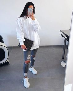 Info look identifié sur la photos et lien possible en story ? Sporty Outfits, Simple Outfits, Stylish Outfits, Fall Outfits, Summer Outfits, Cute Fashion, Fashion Outfits, Fashion Styles, Fashion Women
