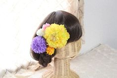 ビーズを花芯に付けた花びらたっぷりのトルコキキョウ(イエロー)と色々な大きさのピンポンマムを組み合わせた髪飾り。片方にまとめて付けても、左右に分けて付けても良... ハンドメイド、手作り、手仕事品の通販・販売・購入ならCreema。