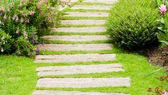 http://unquadratodigiardino.it/cose-da-sapere-a-z/v/vialetti-camminamento-sentieri-da-giardino-idee-fai-da-te-pietre-ghiaia-ciottoli-per-camminamento.html