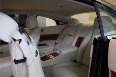 Het ruime interieur voor vier personen is met de hand gebouwd door vakkundige ambachtslieden en technici. Voor de eerste maal ooit kunt u kiezen voor Canadel Panelling; een prachtige houtsoort met een open structuur, in het gehele interieur. Het fineer is delicaat gevormd rond de contouren van de deur - elk onderdeel is georiënteerd op 55 graden en wordt vervolgens zorgvuldig gebookmatched. Dit zorgt voor een perfect spiegelbeeld in het hout langs de gehele middenlijn van de auto.