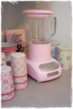 pink kitchen aid mixer....need one... I have a blender but will donate it if I buy one of these lol (Backutensilien Baking Tools)