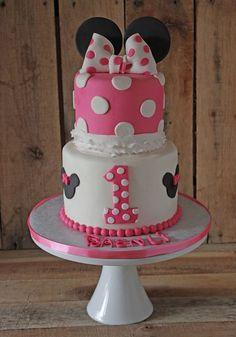 torta decorada para fiesta tematica minnie mouse