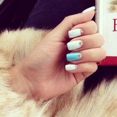 Colores de Argentina en una manicure muy elegante.