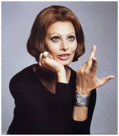"Sophia Loren is wearing Elsa Peretti's ""Bone"" cuff bracelet, photo by Francesco Scavullo Elsa Peretti, Sophia Loren, Francesco Scavullo, Beverly Johnson, Lauren Hutton, Italian Actress, Estilo Fashion, Women's Fashion, Linda Evangelista"