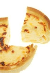 Petite quiche au fromage pour bébé (plus de 18 mois). Beurrer des moules allant au four. Etaler la pâte feuilletée, battre l'oeuf en omelette et a...