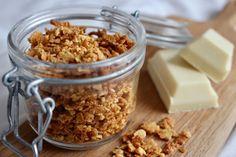 Rostad vit choklad - lyxigt strössel att piffa upp glass och efterrätter med! Receptet ger 1 burk.