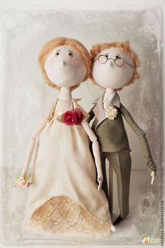 Купить или заказать Свадебные в интернет-магазине на Ярмарке Мастеров. Свадебная пара, выполненная на заказ, в подарок на серебряную свадьбу. Поэтому костюм и платье старалась делать не очень современными. Платье шелковое, цвета шампань. С кружевным подъюбником. Парочка крупная)) Рост с под…