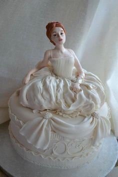 This must be one of the most stunning Cakes I have ever seen ( and trust me- I have seen a lot of cakes over the last few mths through Pintrest!) the fondant bride is flawless. Would make a great Wedding Cake!!!