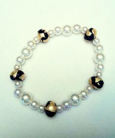 Bracelet perles nacrées et Fimo noir et doré. Opale Isis, Christine Monsion