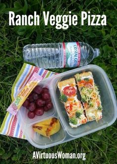 You're whole family will love this easy Ranch Veggie Pizza recipe. Perfect for picnics, easy lunch boxes, potluck, or parties! Easy Lunch Boxes, Lunch Box Recipes, Lunch Snacks, Lunch Ideas, Bento Lunchbox, Bento Ideas, Bento Box, Veggie Pizza Recipe Easy, Pizza Recipes
