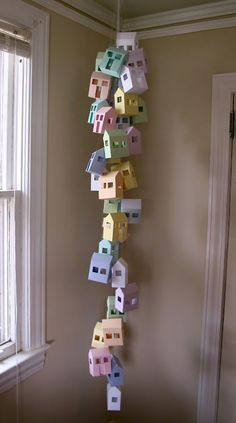 DIY Paper House Mobile - for school first day. Have students write about themselves on the paper, make house, hang in classroom! Diy Paper, Paper Crafts, Diy Crafts, Foam Crafts, Paper Toys, Paper Art, Decor Crafts, Origami, Birdhouse Designs