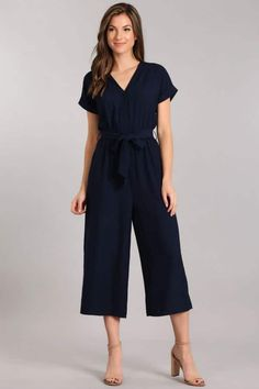 Petite jumpsuit for women under A collection of wide leg petite jumpsuit or slim fit petite jumpsuit for short women. Elongate your petite frame and make your proportion look better. Petite Fashion Tips, Petite Outfits, Petite Dresses, Petite Wedding Guest Dresses, Top Wedding Dresses, Wedding Attire, Petite Jumpsuit, Black Jumpsuit, Places