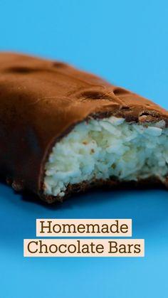 Homemade Chocolate Bars, Chocolate Bar Recipe, Candy Recipes, Sweet Recipes, Dessert Recipes, Simply Recipes, Toffee Crisp, Delicious Desserts, Yummy Food