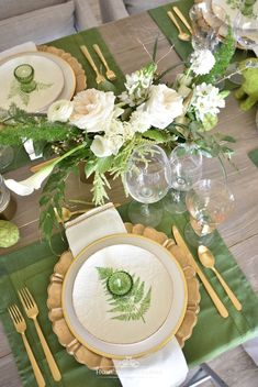 Green and Gold Easter Table Setting Mein grünes und goldenes Ostern-Gedeck – Zuhause mit Holliday This image has get Easter Table Settings, Thanksgiving Table Settings, Christmas Table Settings, Setting Table, Gold Table Settings, Buffet Set, Green Table, Beautiful Table Settings, Deco Table