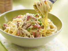 Spaghetti Carbonara - First meal ever made. Needs at least 3 different kinds of cheeses and don't skimp on the pepper. Pasta Recipes, Dinner Recipes, Cooking Recipes, Healthy Recipes, Beef Recipes, I Love Food, Good Food, Yummy Food, Tagliatelle Carbonara