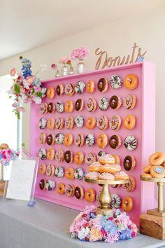 No te creas que es tan gigante. Esta pared de donuts va montada sobre una plataforma. ¡Que ganas de tomar una!
