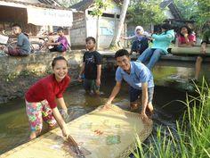 Cuci Tikar di Sungai depan Masakan Padang