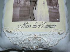 Détail de la broderie au point de beauvais et des applications en dentelle de Calais brodées de perles. http://www.valeriehacquin.com/creation-noces-de-diamant-photo-de-maries-brodee-224