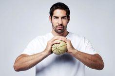 Nikola Karabatic, champion de monde de Hand Ball se sert d'un melon charentais comme d'un ballon.