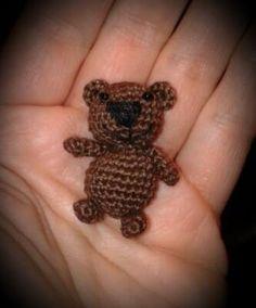 Der süße kleine Teddy // Bär passt in eine Hand + möchte gern Deine neuer bester Freund werden. Häkle ihn jetzt aus Wollresten + auch als Schlüsselanhänger.