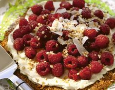 En enkel kake som er rask å lage. Topp med sesongens bær og pisket krem. Du kan byte ut kremfløten med creme fraiche hvis du vil ha en litt syrligere smak.