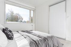 Kaunis valkoinen koti Turussa. Inarian liukuovikaapisto makuuhuoneen vaatkaappina. #valkoinen #makuuhuone #liukuovet #vaatekaapit Koti, Windows, Bed, Furniture, Decoration, Home Decor, Decor, Decoration Home, Stream Bed